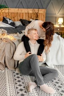 Paar umarmt zu hause am vorabend von weihnachten