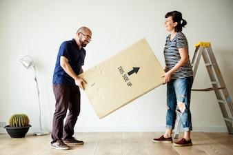 Paar Umzug in neues Haus
