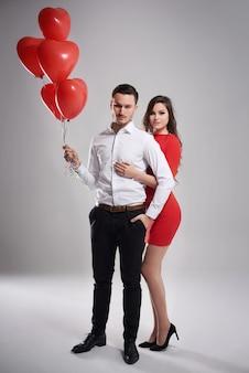 Paar und ein haufen luftballons