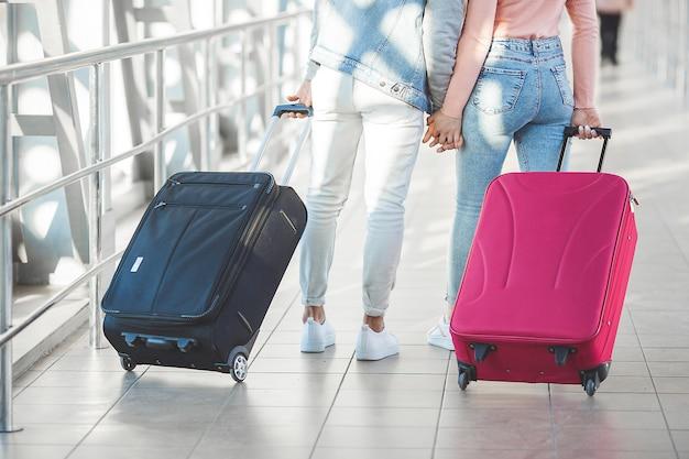 Paar unterwegs. liebhaber reise. junger mann und frau am flughafen. familientour.
