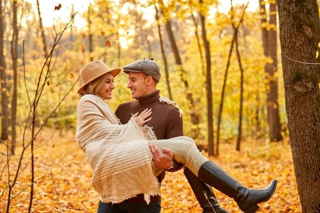 Paar verbringen zeit am sonnigen herbsttag im wald, sie haben glückliche zeit zusammen