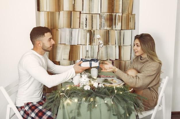 Paar verbringen zeit zu hause mit weihnachtsschmuck