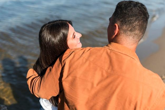 Paar verbringen zeit zusammen am strand