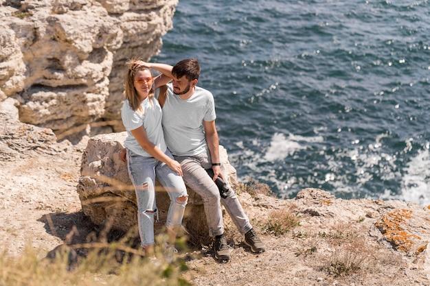 Paar verbringen zeit zusammen in einer schönen lage am strand