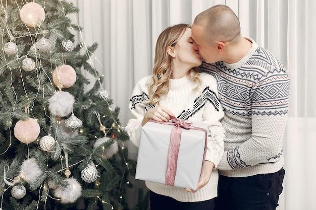 Paar verbringt zeit zu hause mit weihnachtsschmuck