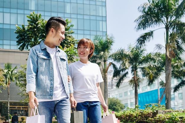 Paar verlässt einkaufszentrum