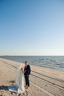 Paar verliebt am strand an ihrem hochzeitstag