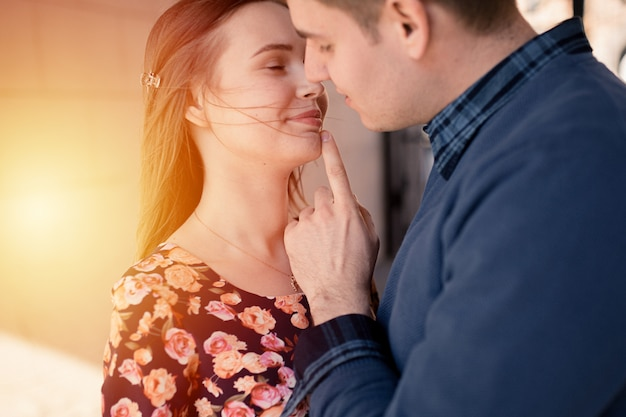 Paar verliebt in der stadt zu fuß und viel spaß. buntes warmes gelbes tonen.