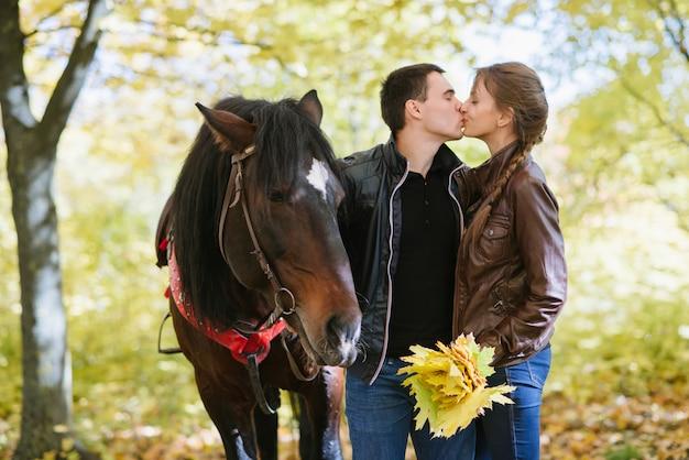 Paar verliebt in ein pferd