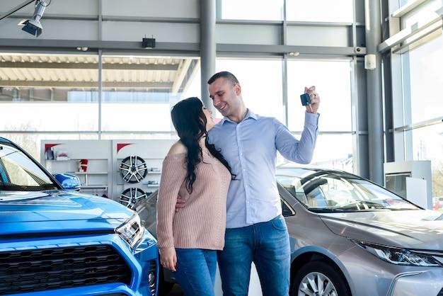 Paar verliebt in schlüssel vom neuen auto