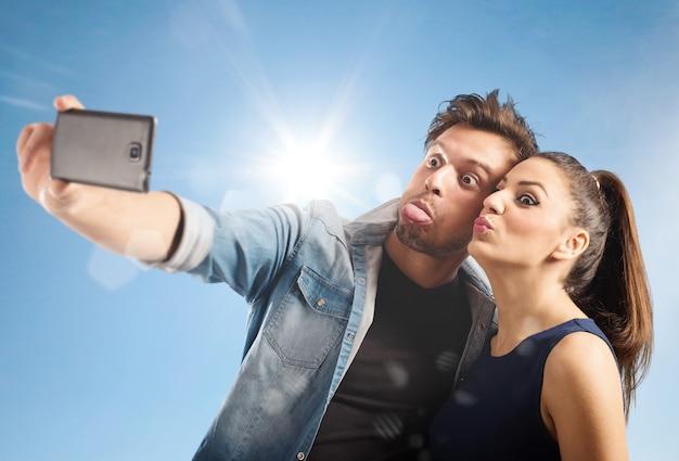 Paar verzieht das gesicht, während es fotografiert