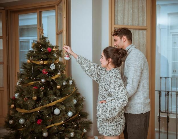 Paar verzieren tanne für weihnachten