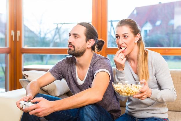Paar videospiel und popcorn haben
