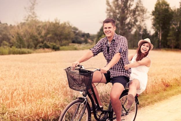 Paar viel spaß beim fahrradfahren