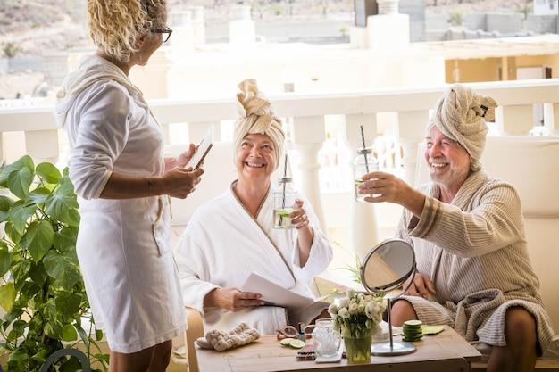 Paar von zwei senioren in einem resort mit unterstützung - beauty farm lifestyle - reife leute, die zusammen spaß haben