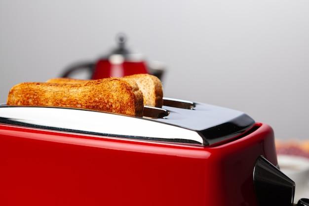 Paar vorbereitete toasts in einem toaster