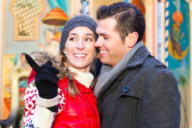 Paar während der weihnachtsmarkt oder adventszeit