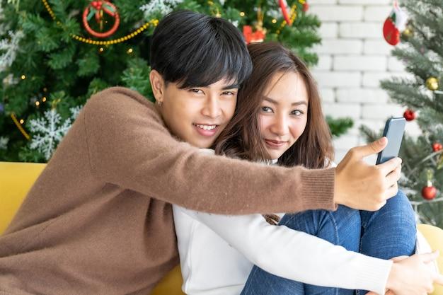 Paar weihnachtsfeier selfie