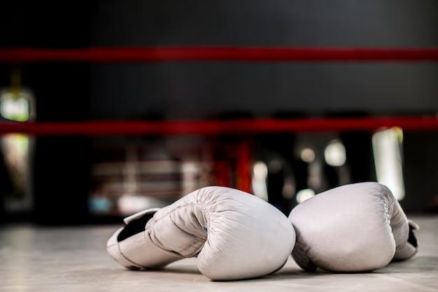 Paar weiße boxhandschuhe