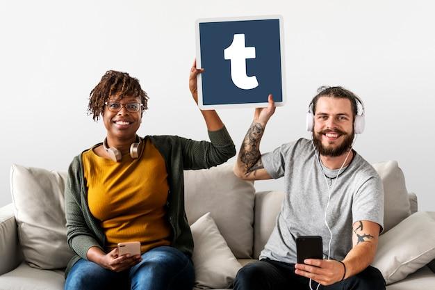 Paar zeigt ein tumblr-symbol