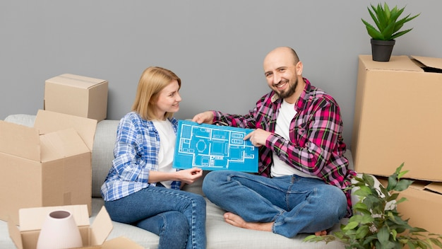 Paar zieht in ein neues haus