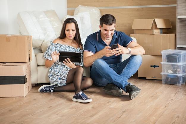 Paar zieht in ein neues zuhause. glücklich verheiratete menschen kaufen eine neue wohnung, um gemeinsam ein neues leben zu beginnen