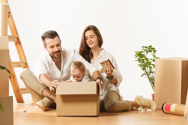 Paar zieht in ein neues zuhause - glückliche verheiratete kaufen eine neue wohnung, um gemeinsam ein neues leben zu beginnen