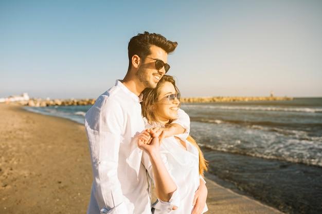 Paar zu fuß am strand