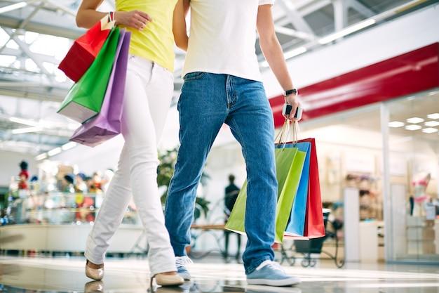 Paar zu fuß in einem einkaufszentrum
