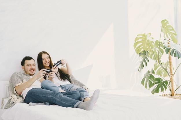 Paar zu hause, das videospiele spielt