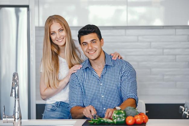 Paar zu hause in einer küche