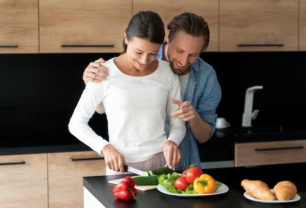 Paar zu hause kochen zusammen