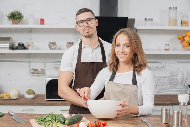 Paar zu hause kochen