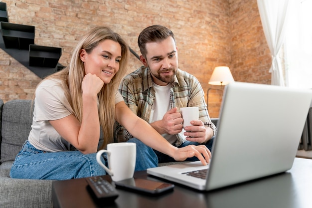 Paar zu hause mit videoanruf mit familie