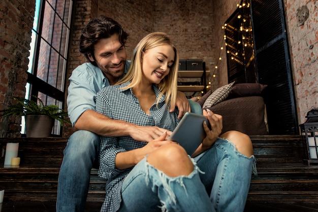 Paar zu hause tablet beobachten