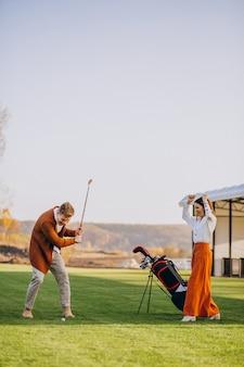Paar zusammen golf spielen