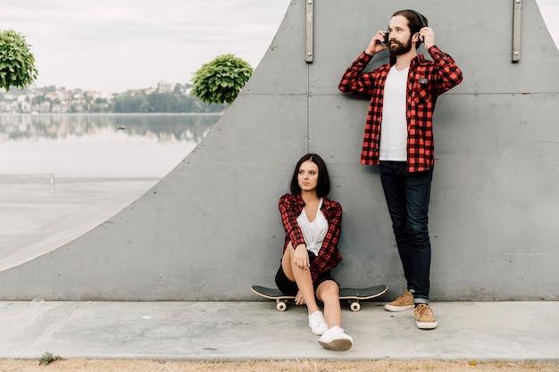 Paar zusammen im skatepark