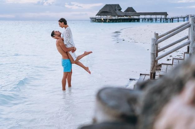 Paar zusammen im urlaub am meer