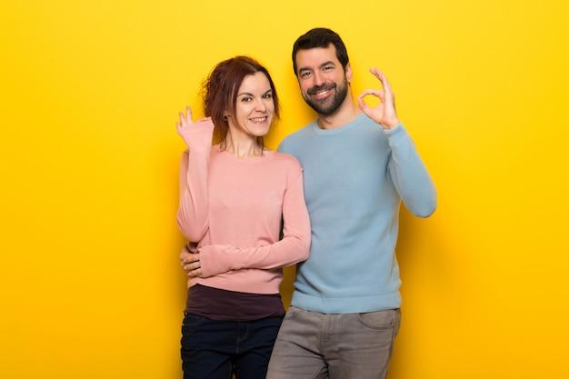 Paare am valentinstag, der ein okayzeichen mit den fingern zeigt