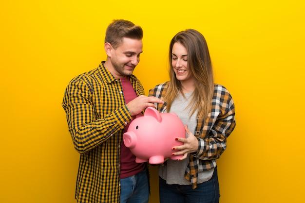 Paare am valentinstag, der ein sparschwein nimmt