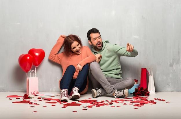 Paare am valentinstag genießen zu tanzen, während sie musik an einer party hören