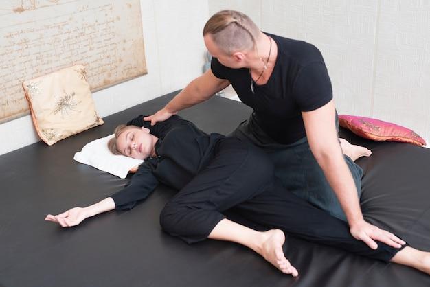 Paare an versuchender körpertherapie des badekurortes