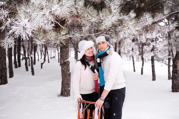Paare auf schneebedecktem baumwald