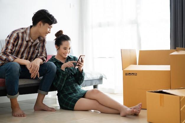 Paare denken darüber nach, ihr haus und ihr zimmer zu dekorieren
