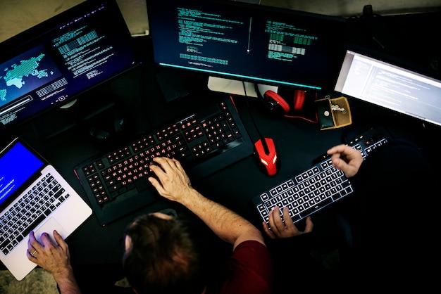 Paare der leute, die an der computerprogrammierung arbeiten