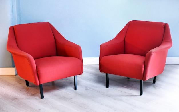 Paare der roten retro- lehnsessel im wohnzimmer