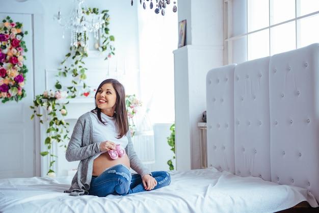 Paare der schwangeren frau rosa schuhe