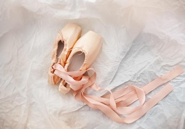 Paare des ballettschuhs setzten an schmutzoberfläche