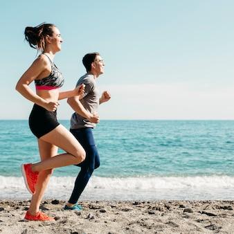 Paare, die am strand laufen