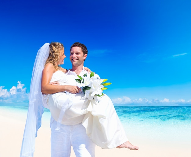 Paare, die an einem strand in samoa heiraten